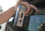 Měření propustnosti světla bočním tónovaným sklem na aute pomocí násuvného měřidla.